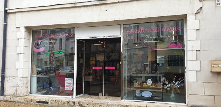 Devanture de la boutique de mode, magasin de prêt a porter féminin et accessoires La Boîte aux Trésors près de Blois (41)